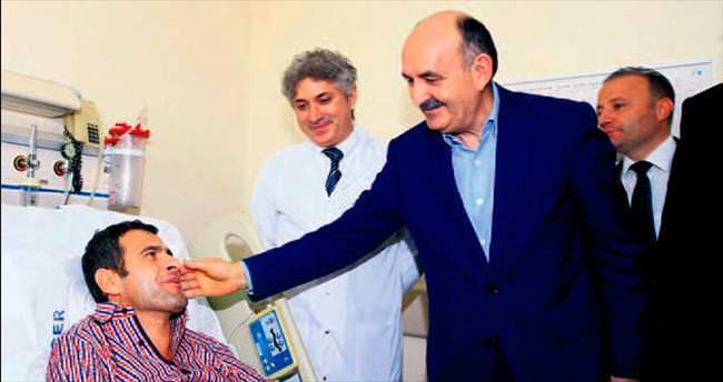 Çift kol nakli yapılan hastaya Bakan ziyareti