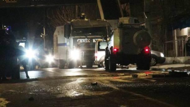 Polis aracının geçişi sırasında patlama: 1 yaralı