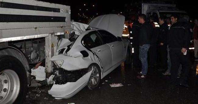 Lüks otomobil park halindeki vince çarptı: 2 ölü