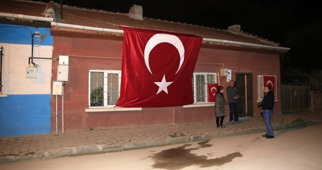 Şehidin evindeki bayrağa saldırı