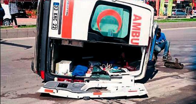Ambulans devrildi dört kişi yaralandı