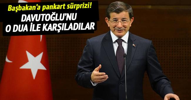 Başbakan Davutoğlu'na pankart sürprizi