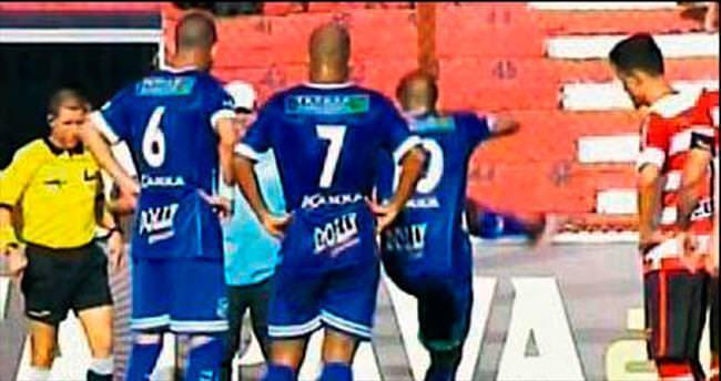 Maçta yılana tekme attı! Brezilya Paulista A1 Ligi'nde oynanan