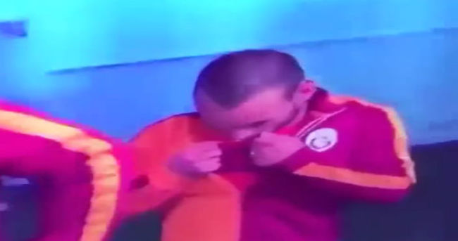 Sneijder, Türk bayrağını öptü