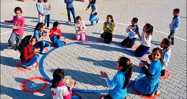 Yükümlüler okulda oyun alanları çizdi