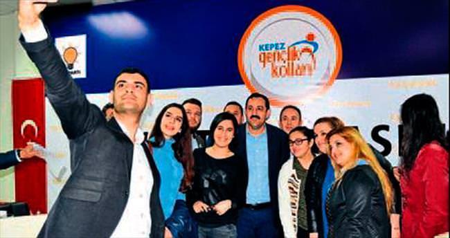 Başkan Sümer genç partililer ile bir arada
