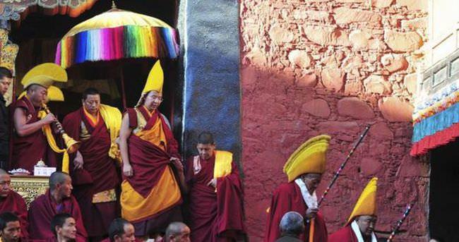 Tibetli rahip yönetimi protesto etmek için kendini yaktı
