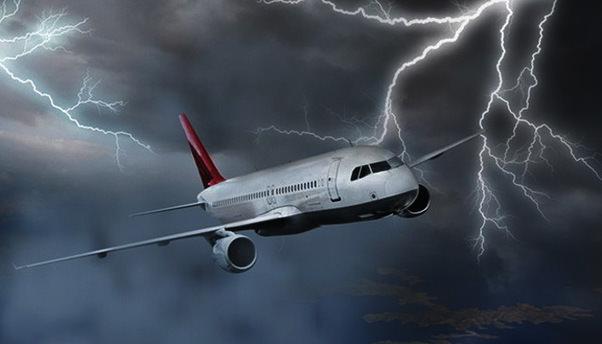 3 uçağa havada yıldırım çarptı!