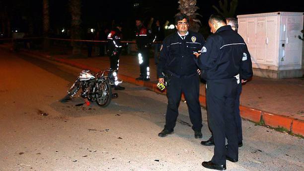 Motosiklet polis aracına çarptı: 1 ölü, 2 yaralı