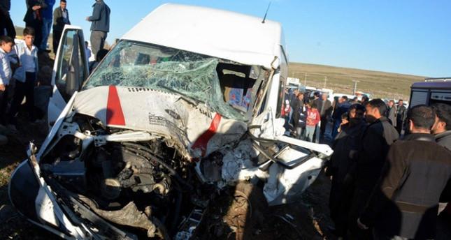 Yolcu servisiyle otomobil çarpıştı: 9 yaralı