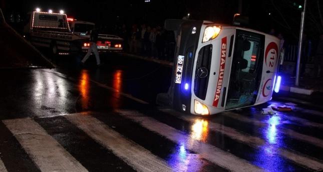 Hasta almaya giden ambulans kaza yaptı