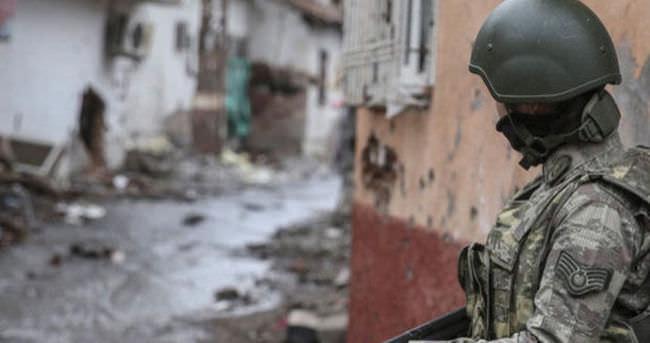 Hakkari'de bir terörist güvenlik güçlerine teslim oldu