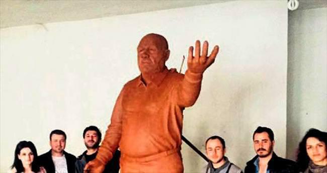 Mersin Mut'a Eroğlu heykeli