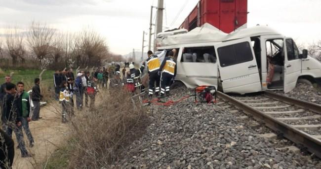 Öğrenci servisi trenle çarpıştı: 1 ölü!