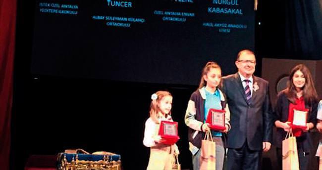Antalya üçüncüsü Azra ödülünü aldı