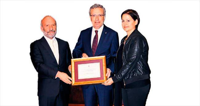 Türkiye İş Bankası Genel Müdürü Adnan Bali'ye Altın Onur Plaketi
