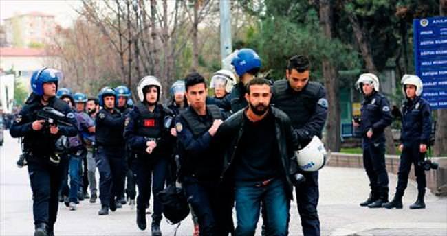 İzinsiz pankarta polisten 13 gözaltı