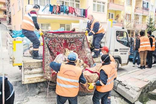 Yaşlı kadının 5 yıllık çöpünü belediye temizledi