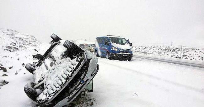 Kar yağdı, araçlar takla attı!