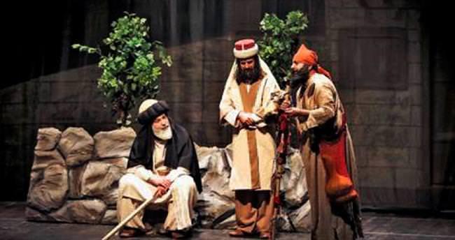 Nar-ı Aşkın Yolcuları tiyatro gününde sahnede
