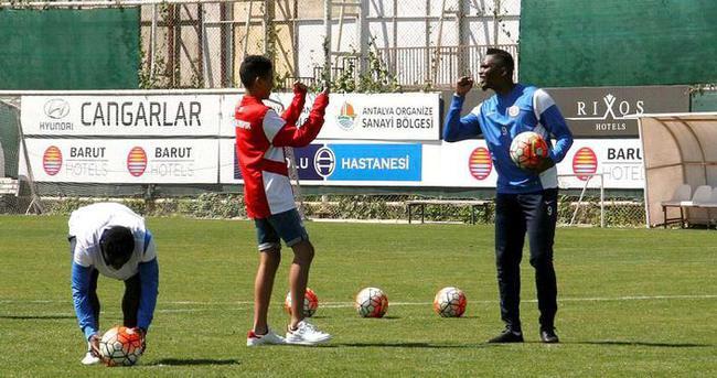 Antalyaspor'un antrenmanında Eto'o oğluyla penaltı çalıştı