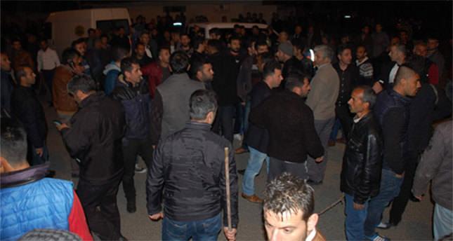 Polis merkezine silahlı saldırı! Halk elinde sopa sokağa döküldü!