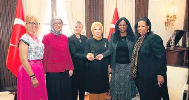 Emine Erdoğan'a plaket