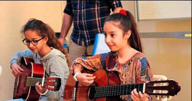 AKBEM'de eğitim eğlenerek sürüyor