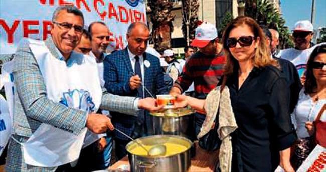 Büyükşehir'in önünde mercimek çorbası