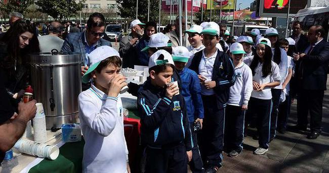 Beşiktaş'ta bardak bardak süt dağıttılar