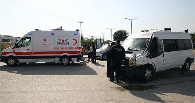 Polis minibüsü kamyonla çarpıştı: 7 yaralı