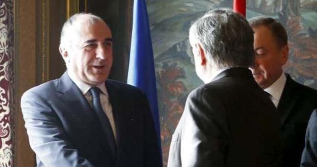 Azeri ve Ermeni dışişleri bakanları Moskova'da tokalaştı