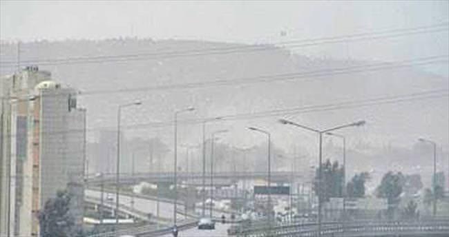 İzmir'de sert rüzgar toz bulutuna yol açtı