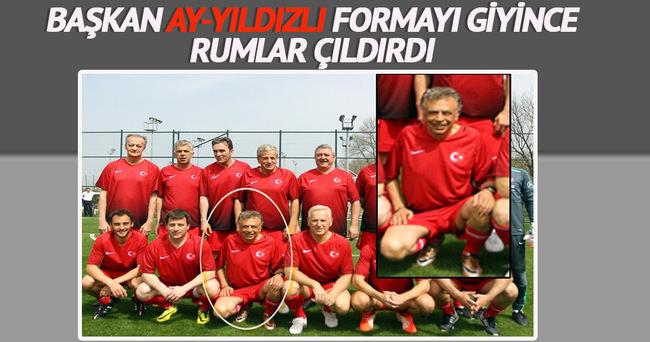 Rum futbol federasyonu Başkanı'na Ay-yıldızlı forma!