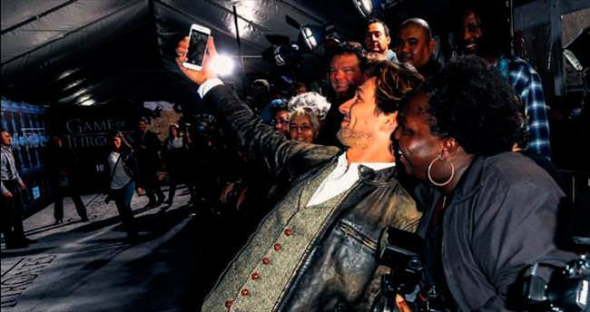 'Daario'dan kırmızı halı selfie'si