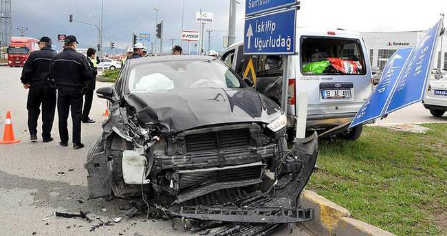 Cenazeden dönen AK Parti Belediye Başkanı kaza yaptı : 7 yaralı
