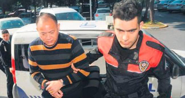 Uçaktaki Çinli hırsızı kabin ekibi yakaladı