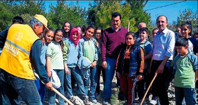 Öğrenciler 450 fidanı toprakla buluşturdu