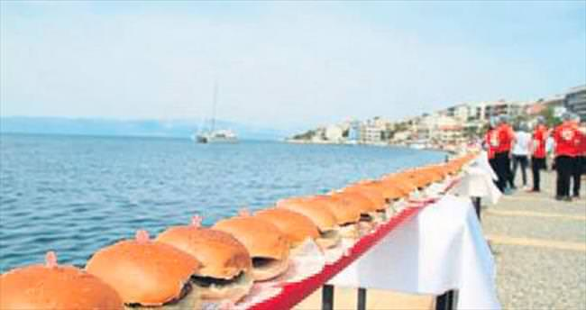 Dünyanın en uzun hamburgerini yaptılar