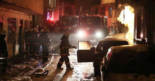 Eyüp'te park halindeki 5 araç alev alev yandı