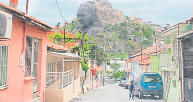 İzmir'de gecekonduları görünce çok şaşırıyorlar