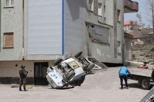 Yüksekova'da polis aracı devrildi: 2 yaralı