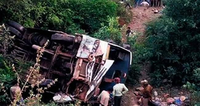 Opera sanatçılarının otobüsü devrildi: 27 ölü