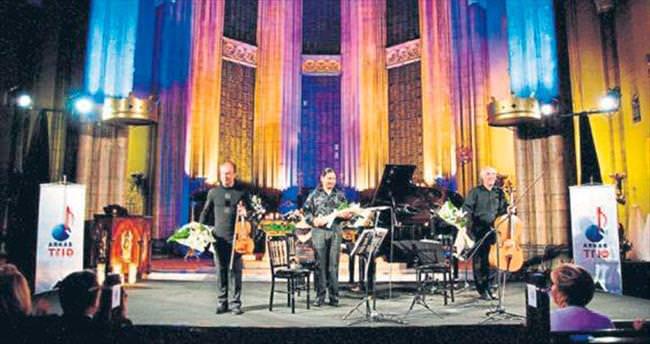 Arkas Trio, orman için sahnede