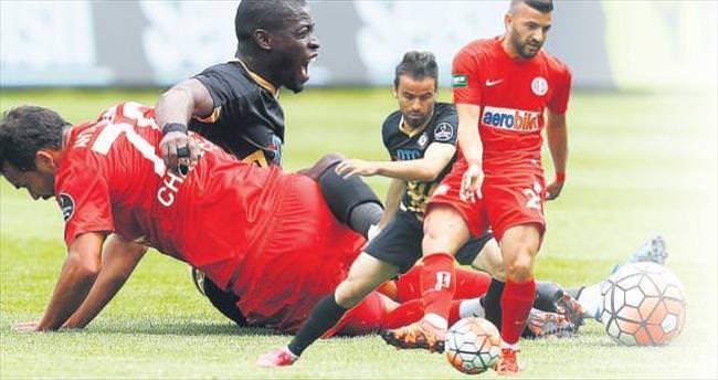 Antalya'yı 3 golle devirdi