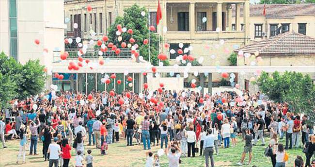 Tarsus SEV İlkokulu'nda balonlar barış için uçtu