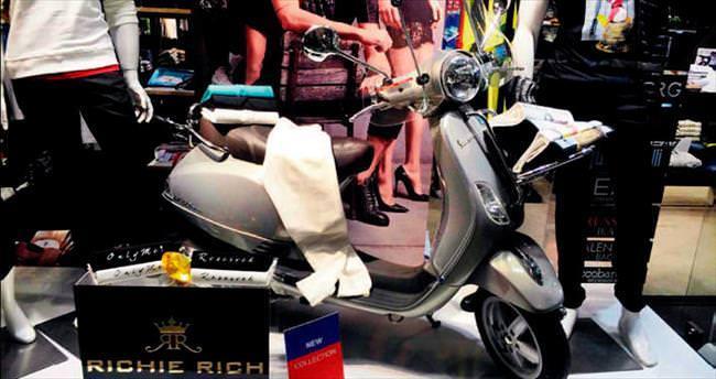 Sneijder'in motosikleti vitrin dekoru oldu