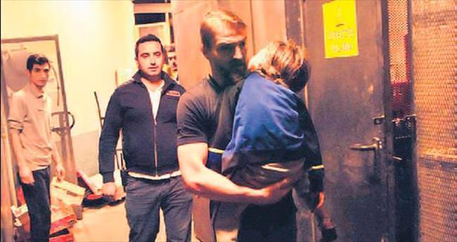 Oğlunu arka kapıdan çıkardı