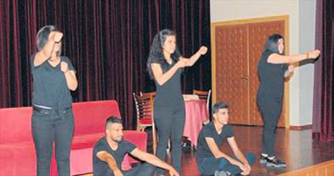 İşitme engellilerden tiyatro gösterisi