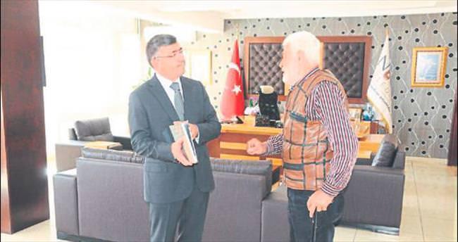 Sinemanın kötü adamı, Akdoğan'ı ziyaret etti